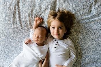 ילדה קטנה אוהבת את אחיה התינוק