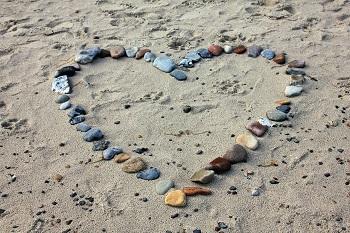 לב מצדפות על חוף הים